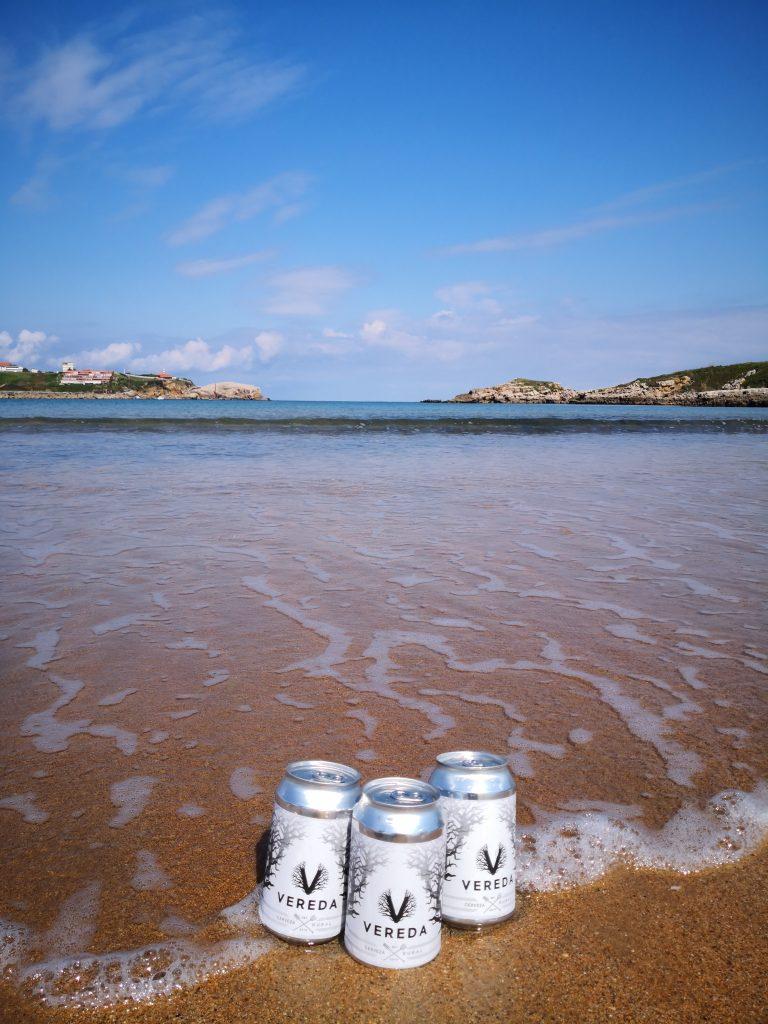 el encanto del cantábrico enfriando el aperitivo - Playa de Cuchia (Cantabria)